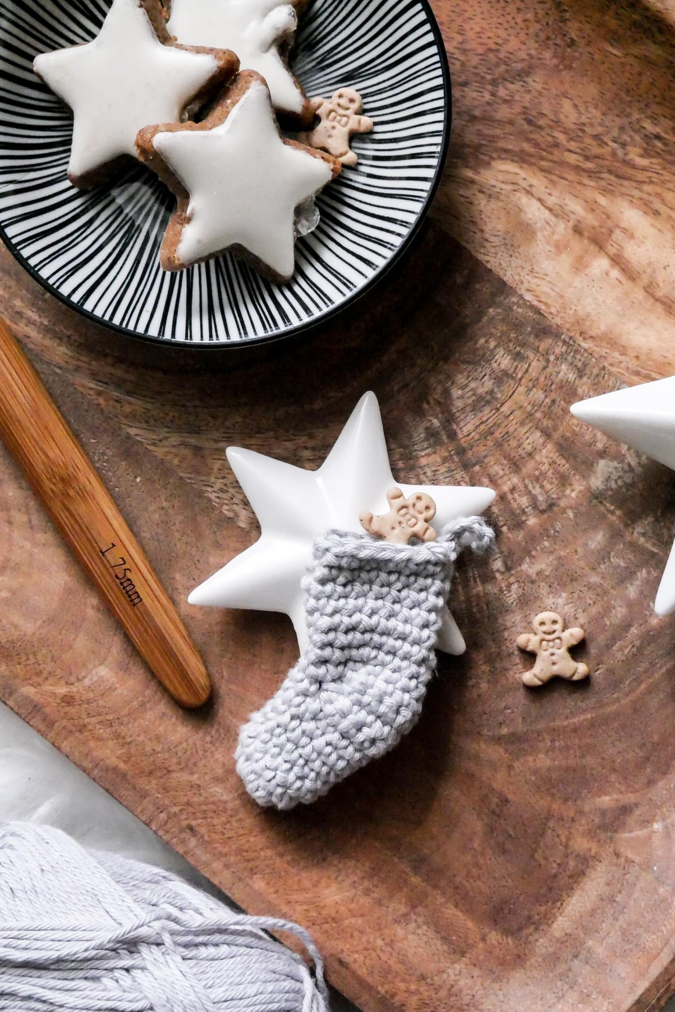 Weihnachtssocken-Geschenkanhänger- kostenlose Häkelanleitung