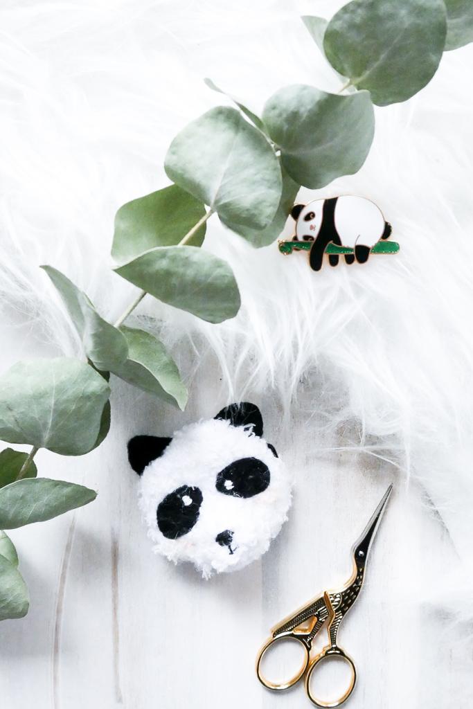 Pandabär- Schmuckstück, einfache und kostenlose Häkelanleitung