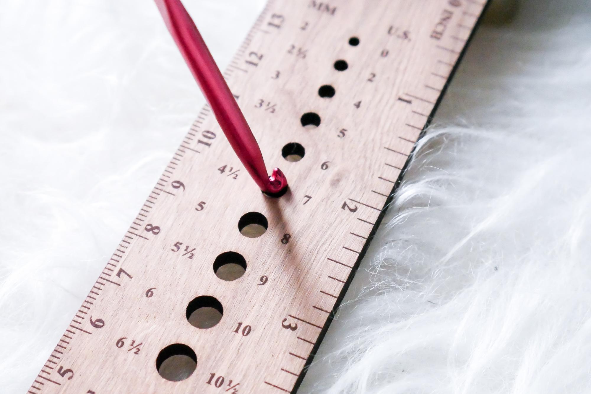 So bestimmt ihr die Nadelgröße von Häkelnadeln mit dem Stricknadelmaß