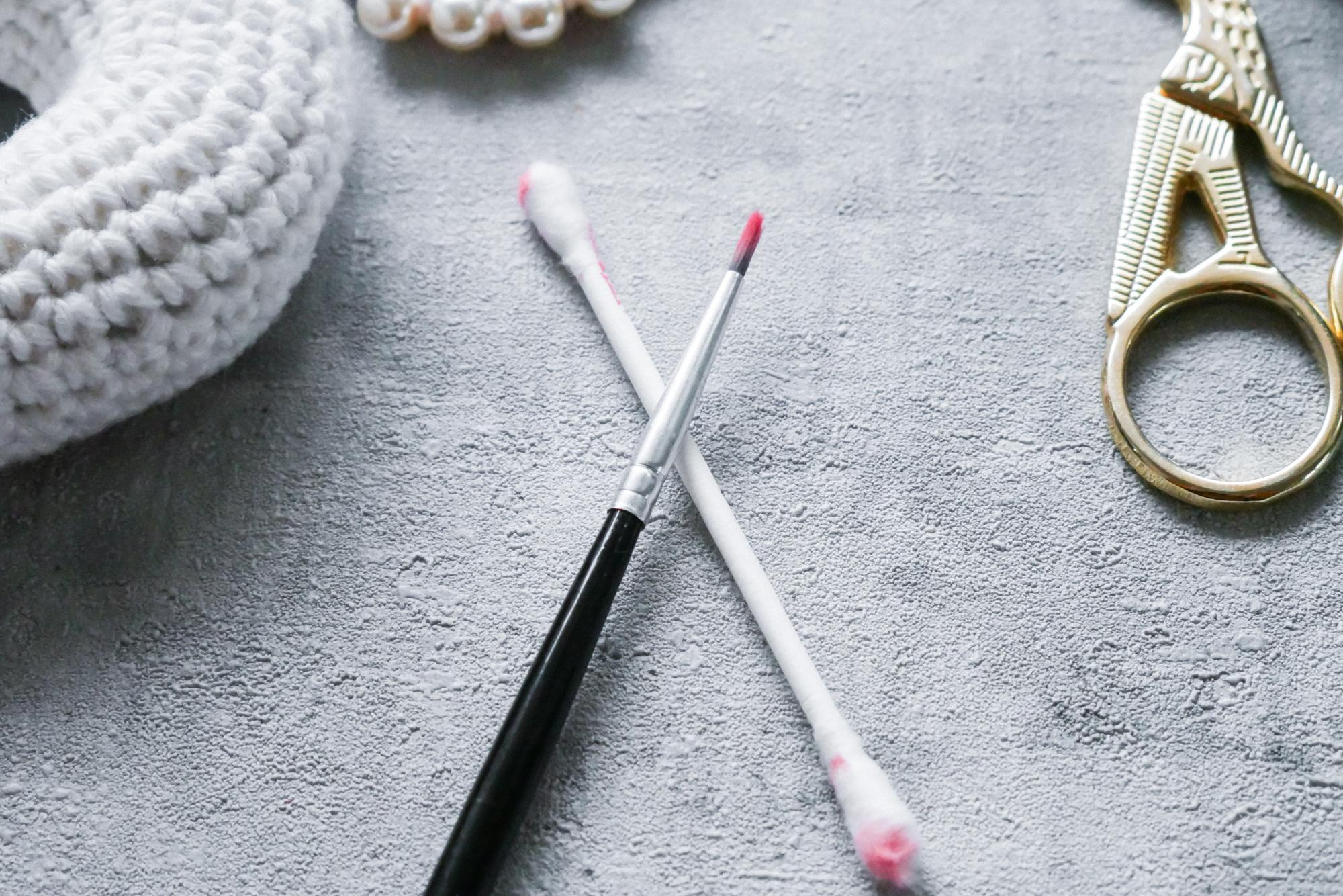 Pinsel um Schminke oder Farbe auf Amigurumi Gesicht auftragen