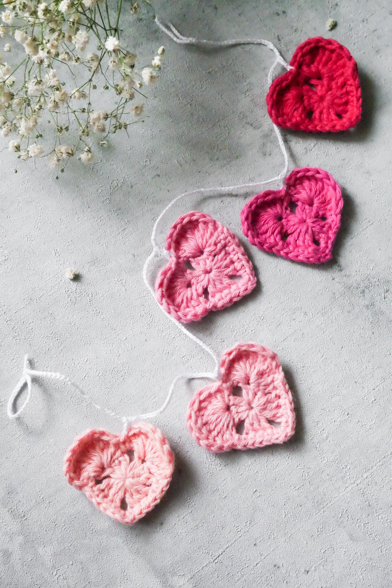 Ideen für gehäkelte Herzen aus Grannysquares- Girlande häkeln